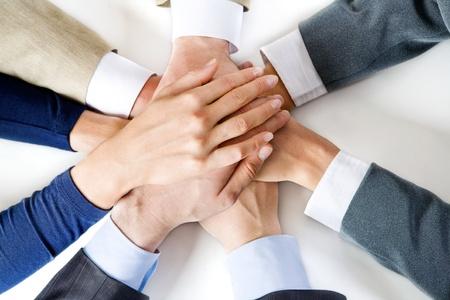 manos unidas: Imagen conceptual: diferentes manos humanas por encima de la otra