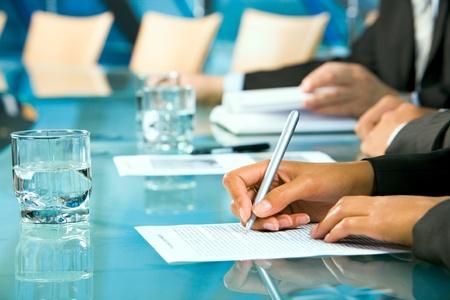 cuadro sinoptico: Fila de manos haciendo notas durante un seminario
