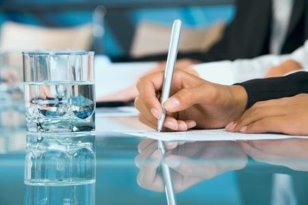 firmando: Primer plano de una mano femenina escribir una Conferencia Foto de archivo