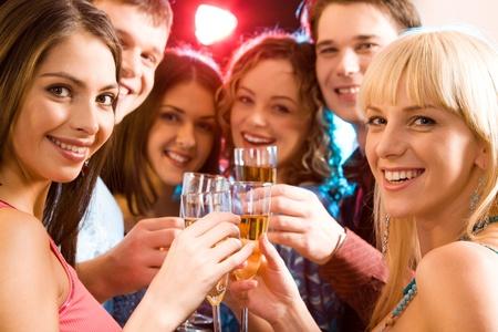 feste feiern: Portrait von sechs Freunde halten Gl�ser Champagner