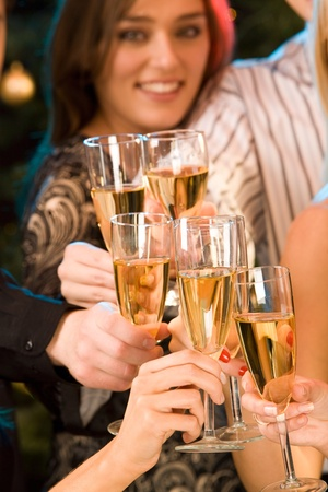 sektglas: Gruppe von Champagne Glasses klirrend zusammen Lizenzfreie Bilder