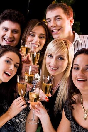vertical: Foto de amigos alegres relajante juntos en una fiesta de la noche