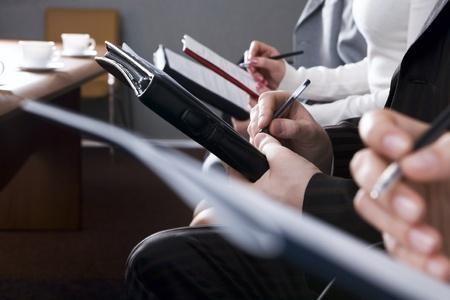 cuadro sinoptico: Fila de manos rellenando un formulario