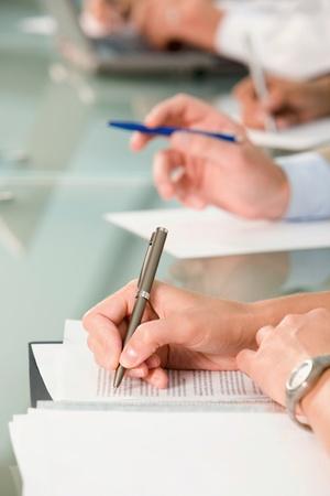 cuadro sinoptico: Fila de manos sosteniendo plumillas y haciendo notas