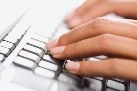 toetsenbord: Close-up van een handen te typen op het toetsen bord