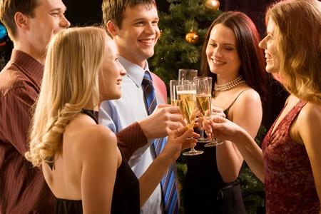 brindisi champagne: Gruppo di persone di sensibilizzazione fino bocals di fare un brindisi di champagne