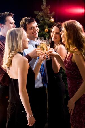 festive occasions: Grupo de cinco amigos chocan gafas unos con otros en Navidad Foto de archivo