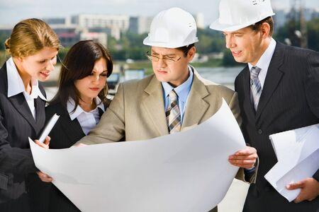 Architekt hält sein Projekt für den Aufbau und zeigt es an Kunden Standard-Bild