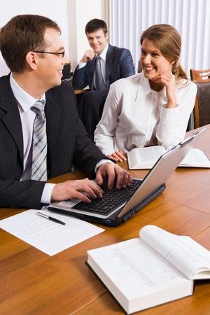 ambiente laboral: Gente de negocios exitosos discutir el plan de marketing en un entorno de trabajo