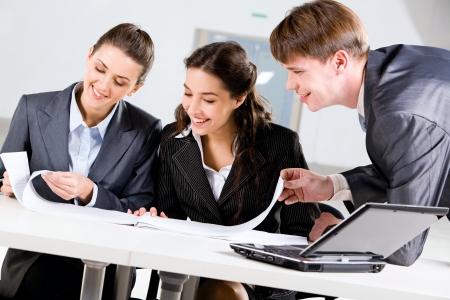 work together: Portret van drie mensen die samenwerken in het kantoor Stockfoto