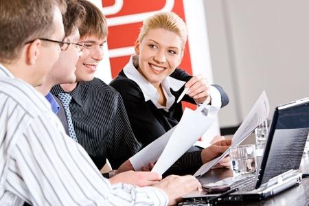jovenes empresarios: Retrato de gente de negocios trabajando juntos en sesi�n