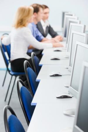 postazione lavoro: Gli studenti sono seduti ai tavoli del computer in camera