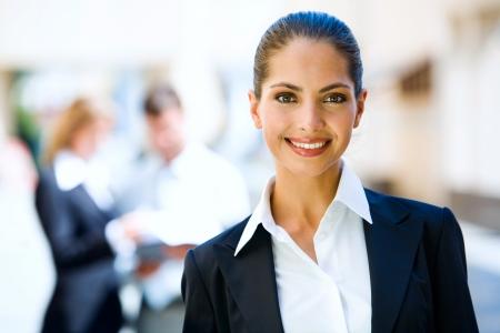 Business di successo giovane donna con incantevole sorriso fiducioso  Archivio Fotografico
