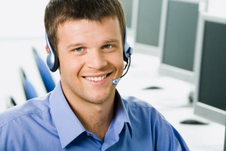 hotline: Vriendelijke telefoon operator lacht tijdens een telefoon gesprek Stockfoto