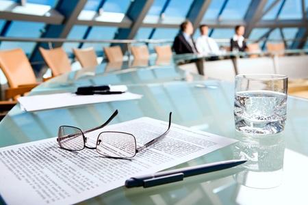 conferentie: Foto van verschillende objecten liggend op de tafel in de conferentie zaal  Stockfoto
