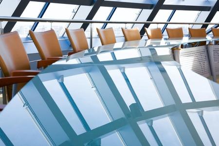 Conferentie zaal: stoelen rond een grote glazig tafel