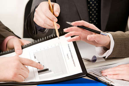 財源: 作業環境の収入の成長を指している男性の指の画像