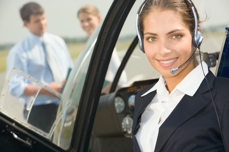 piloto: Seguro de piloto con auriculares sonriente en el helic�ptero privado Foto de archivo