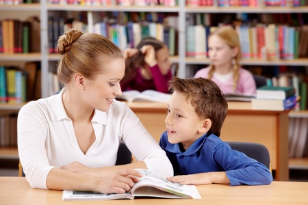 ni�os leyendo: Retrato de colegial y profesor leer y discutir el libro interesante