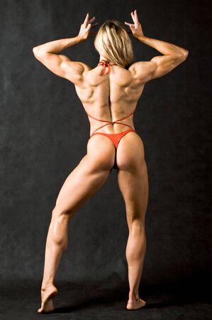 nalga: Vista posterior del fuerte mujeres en bikini rojo sobre fondo negro