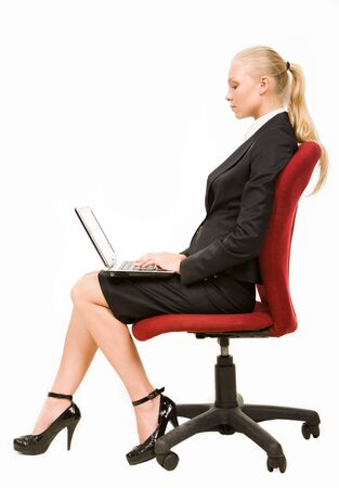 empleados trabajando: Perfil de grave empresaria sentado en silla de brazo y redes