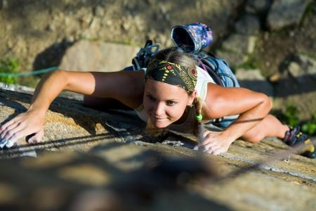 mountain climber: Foto di donna vivamente di arrampicata in montagna  Archivio Fotografico