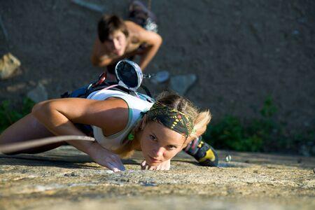 sport wear: Foto de mujer en ropa de deporte subiendo la monta�a Foto de archivo