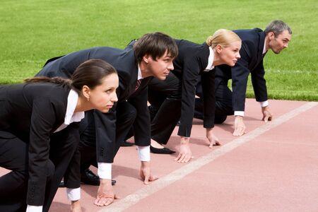 start of race: Gente de negocios conf�a en que se alinearon prepar�ndose para la carrera Foto de archivo