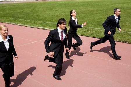 personas corriendo: Fotos de gente de negocios que se ejecutan en la pista de deporte
