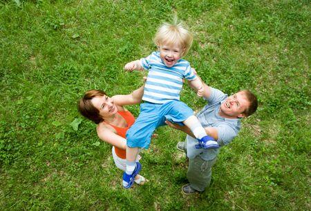 affectionate action: Retrato de padres vomitando hijo al aire libre