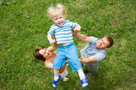 affectionate action: Retrato de mujer y hombre vomitando chico alegre  Foto de archivo