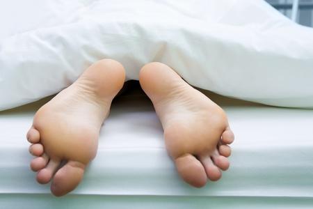 white linen: Imagen de pies descalzos, apuntando de manta de lino blanco