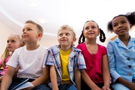 personas escuchando: Retrato de alumnos mirar profesor durante la lecci�n con atenci�n