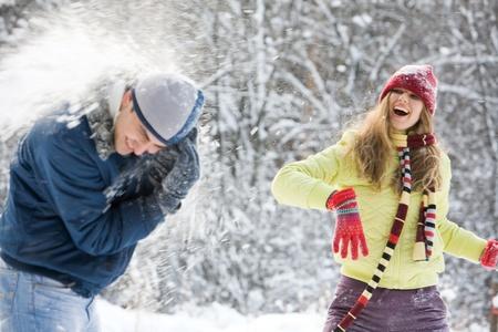 Retrato de una mujer hermosa celebración de nieve y sonriente