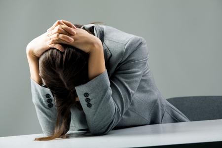 persona triste: Fotos de mujeres deprimidas sentado en el lugar de trabajo y afligidos Foto de archivo