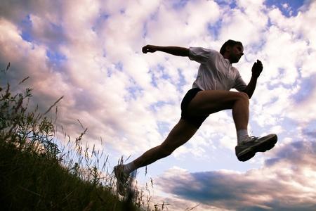 ジョグ: 運動を行うスポーツマンの下からの眺め