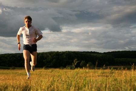 Weergave van energieke man die in de bos loopt