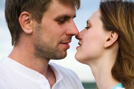 pareja besandose: Primer plano de la feliz pareja bes�ndose mutuamente