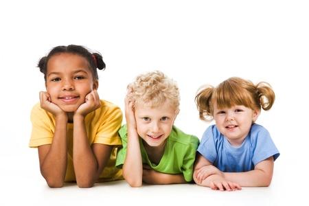 Fila de niños y niñas sonriendo y descansando juntos  Foto de archivo - 8474926