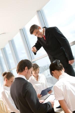 jefe enojado: Enojado de ceo de gritos, a sus empleados que le rodeaban en sesi�n