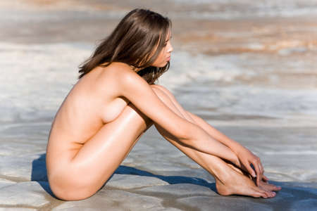 mujer desnuda sentada: Retrato de mujer desnuda sentada en el suelo Foto de archivo