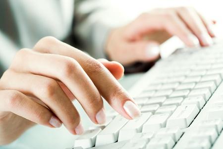 teclado numérico: Imagen de dedos femeninos pulsando las teclas del ordenador en lugar de trabajo