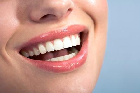 aseo personal: Close-up of felices los dientes sanos femeninos que se muestra en la sonrisa Foto de archivo