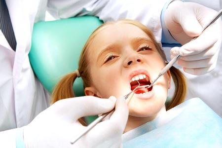 boca abierta: Foto de una ni�a peque�a con la boca abierta mientras que siendo examinada por el dentista