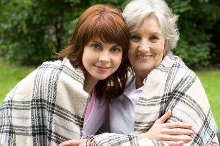 mujeres ancianas: Retrato de mujer de edad feliz con su hija mirando a la c�mara y sonriente
