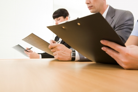 cuadro sinoptico: Fila de manos humanas sosteniendo documentos y leerlos