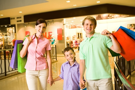 ni�os de compras: Retrato de marido y mujer con su hijo despu�s de ir de compras