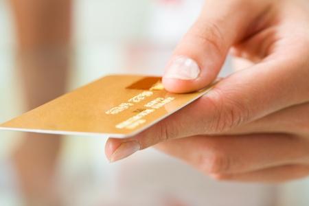 tarjeta visa: Imagen de la macro de la tarjeta de pl�stico en la mano humana