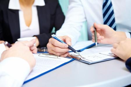 �resource: Imagen de manos humanas durante la discusi�n del plan de negocios en sesi�n