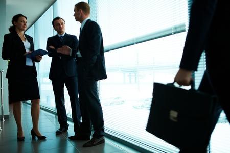 Tre business partner, che interagiscono in ufficio